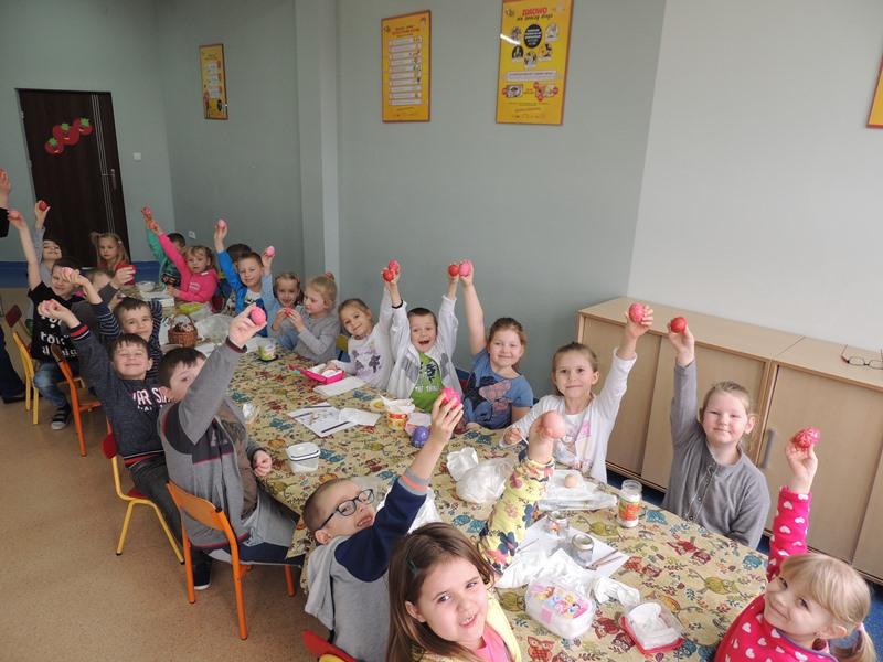 Malowanie jajek w przedszkolu